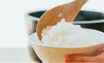 金芽米を茶碗によそう様子