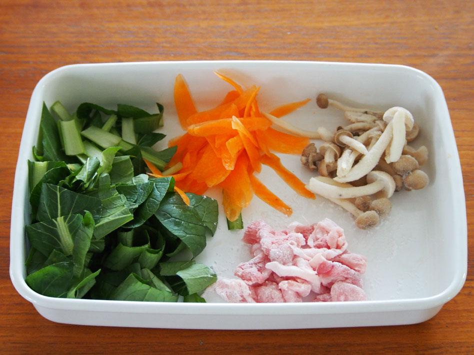 「レンジで時短!豚肉と野菜のうま塩あんかけ丼」作り方画像1