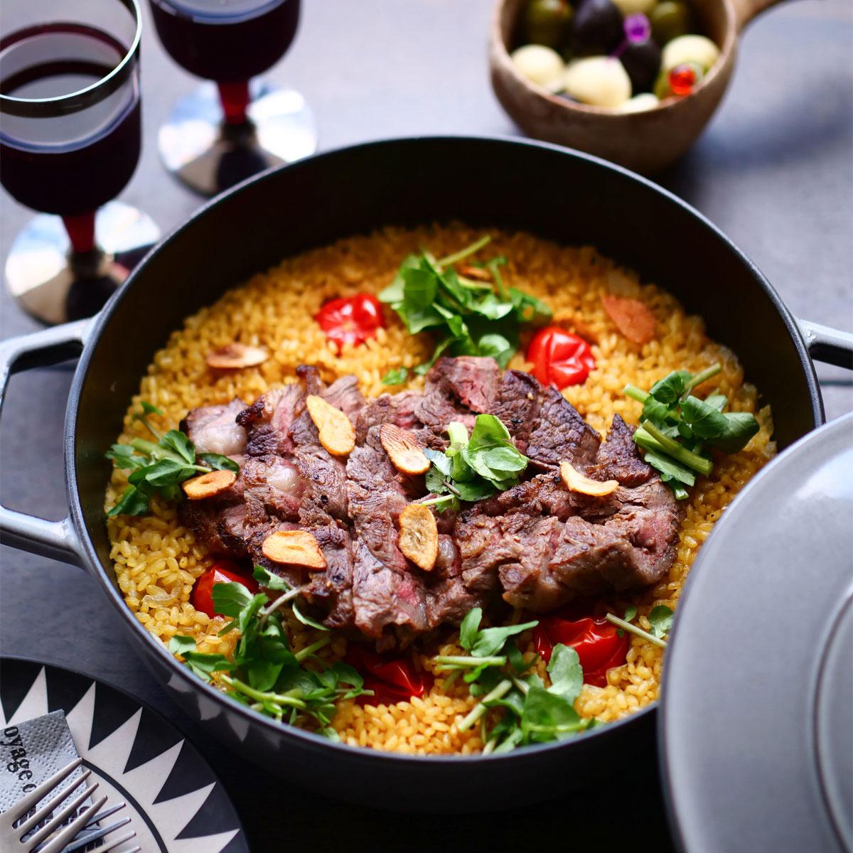 「お手軽キャンプ飯!玄米で作るステーキパエリア」画像