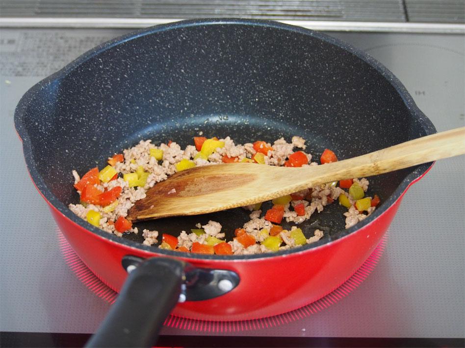 「パプリカのひき肉のドライカレーおにぎり」作り方1画像