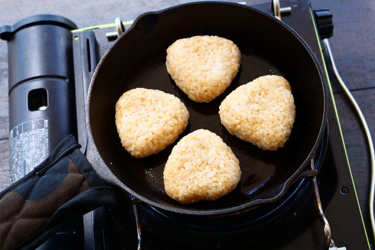 「おうちキャンプにも♪玄米のガリバタ醤油焼きおにぎり」作り方2画像